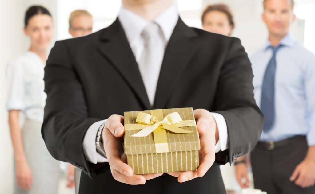 Какой подарок выбрать для директора в Нерюнгри,Отрадной