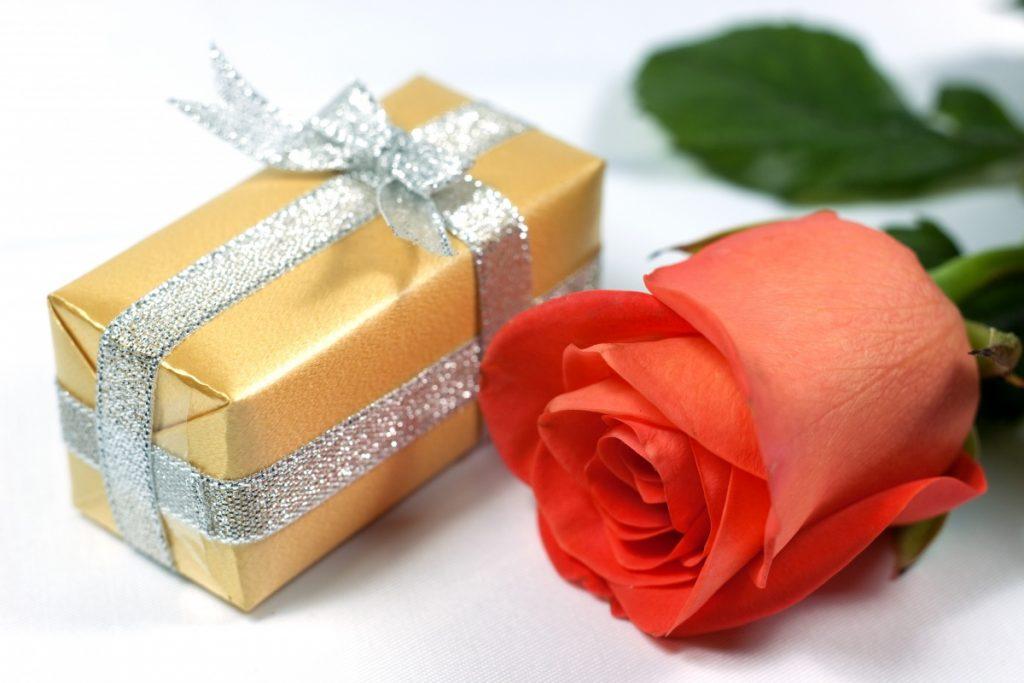 Открытка для девушки с подарком 982