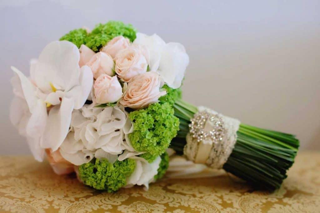 Что можно подарить подруге на свадьбу