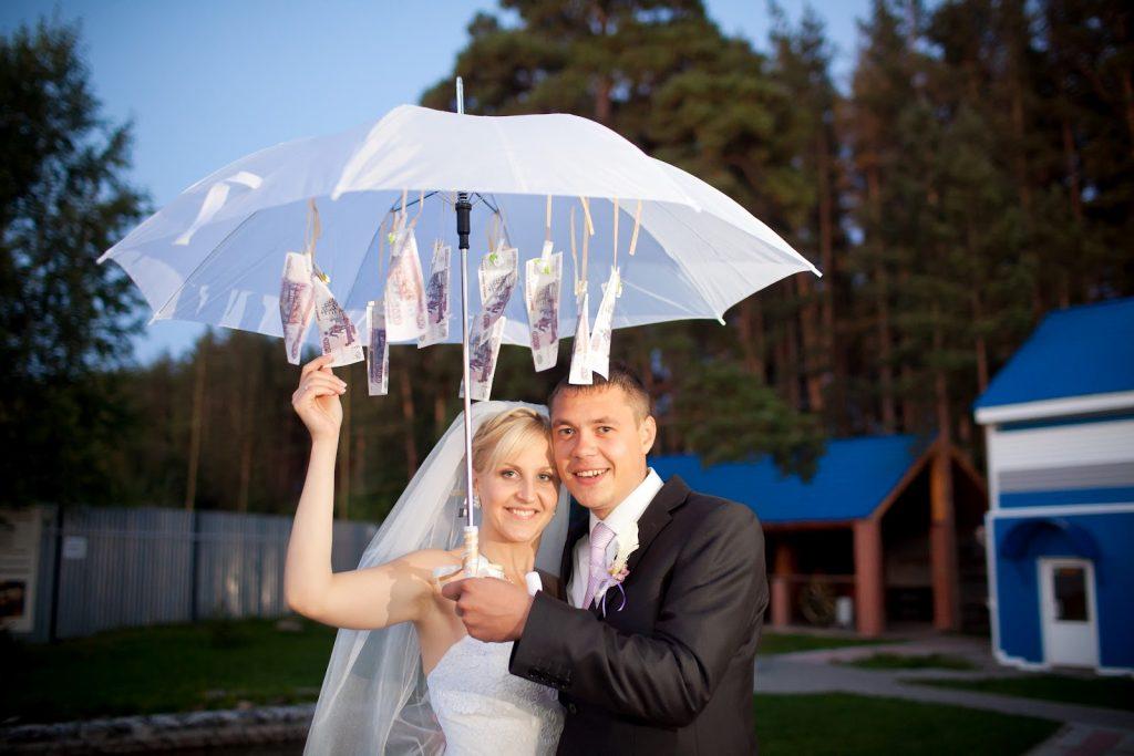 Как оригинально подарить деньги на свадьбу: зонт с деньгами