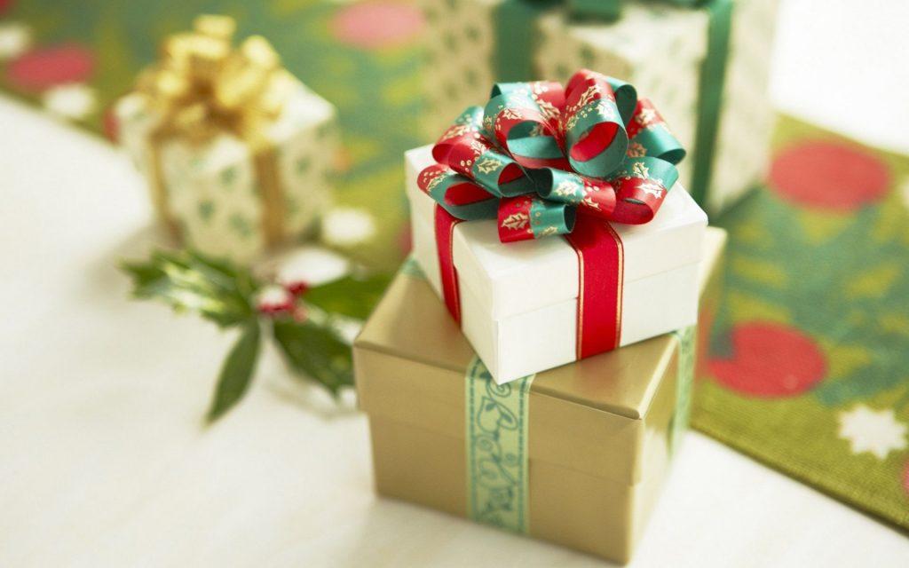 Подарки заведующей и воспитателю группы на выпускной