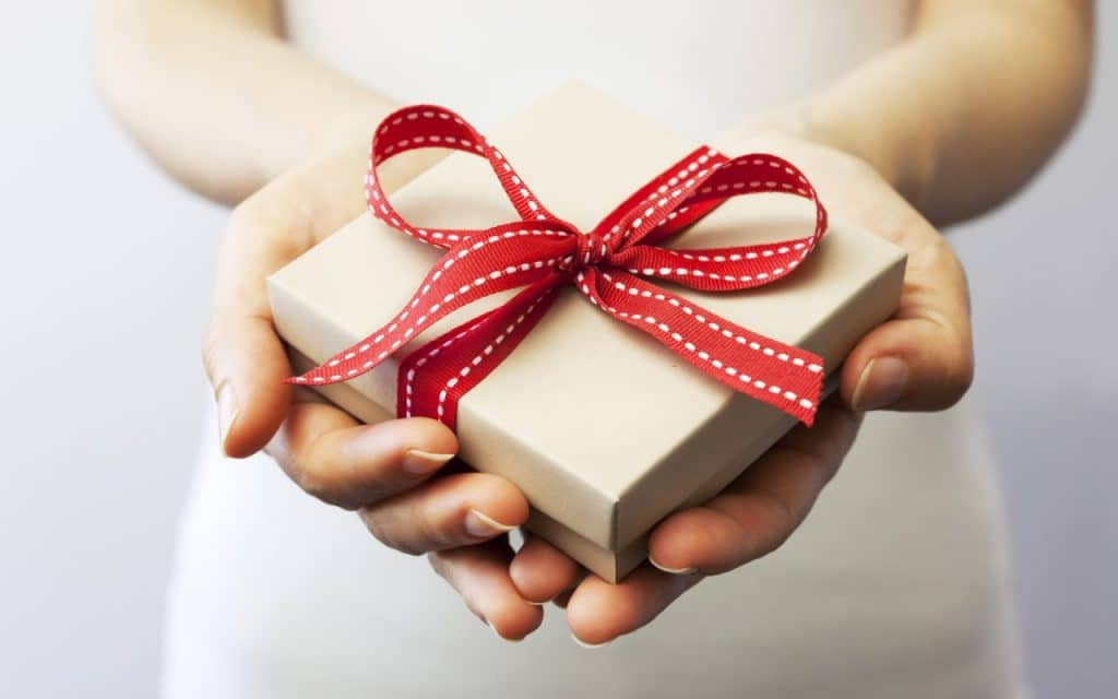 Что подарить парню на месяц отношений: оригинальный подарок недорого, что можно сделать своими руками