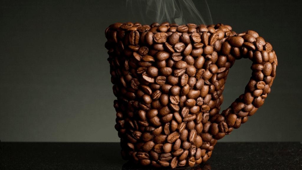 Декорирование чашки кофейными зёрнами