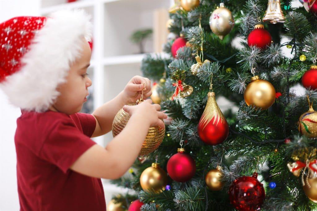 Установка новогодней ёлки в доме